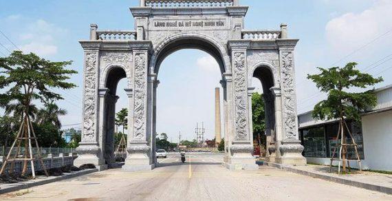 """""""Choáng ngợp"""" cổng làng bằng đá khối đá xanh cỡ lớn tại Ninh Bình"""